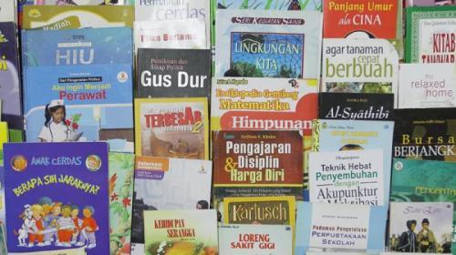 puluhan-judul-buku-perpusda-kalbar_20151118_135814